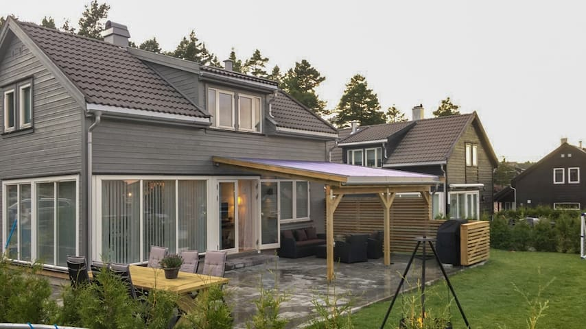 4 bedr. summer house by the sea, access to pool - Risor - Hus