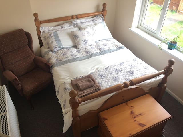 Comfy room perfect for pet lovers - Birstall - Huis