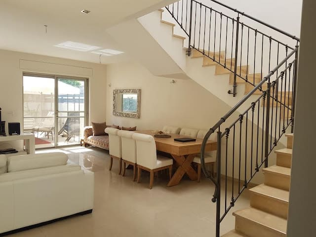 very large  room with privet bathroom and balkony - Be'er Ya'akov - Huis