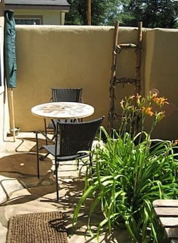 Walk to the Taos plaza from this casita on Montoya - Taos - Appartement en résidence