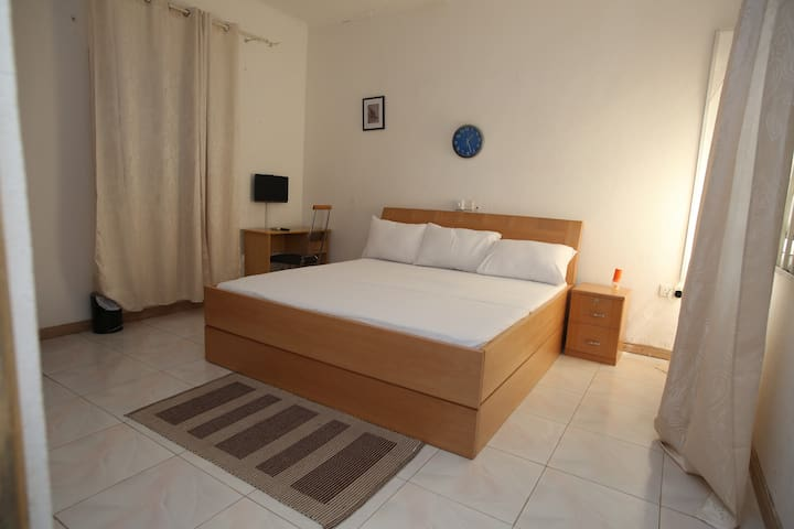 AKMARY HOMES. Closed to the airport and beach. - Accra - 家庭式旅館
