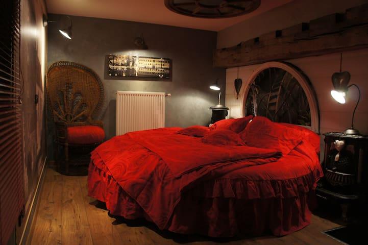 Chambre romantique avec un lit rond - Ferrière la Petite - 家庭式旅館