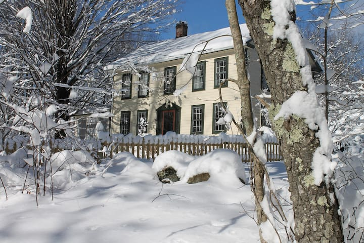 Antique colonial in the hilltowns of western Ma. - Huntington - Hus