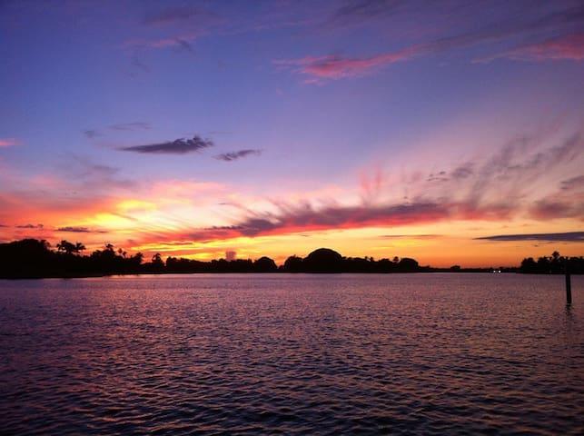 Wide Waterfront Villa la Vue (Sleeps 15) - ベイハーバーアイランズ - 別荘