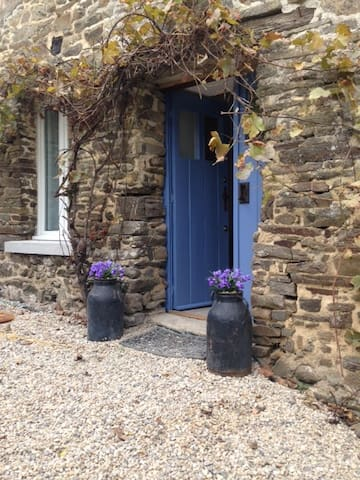 Stone French Country Cottage - Epiniac - Huis
