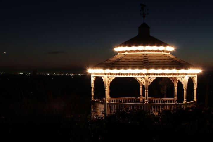 Elegant Victorian Manor Home - Near Coloma - Garden Valley - Bed & Breakfast