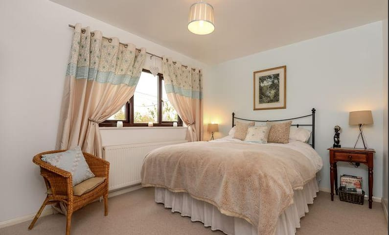 Beautiful, airy king size bedroom - Aylesbury Vale District