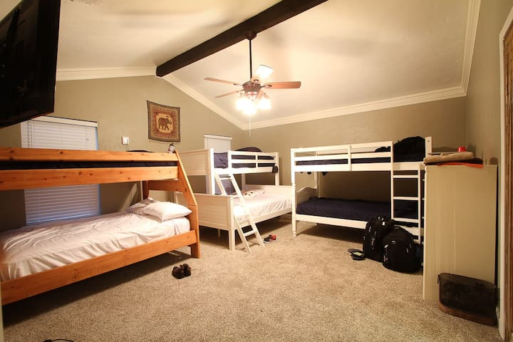 Catch a bed @ DFW Airports #1 crashpad - Hostel - Euless - Maison