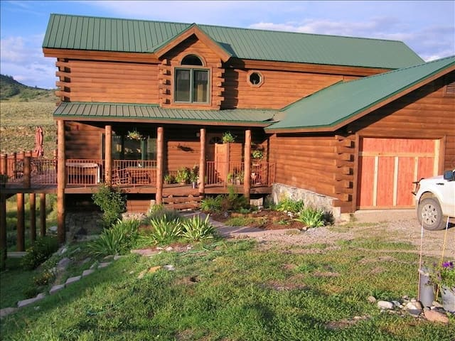 Spacious Rocky Mountain Log Cabin - Steamboat Springs - Huis