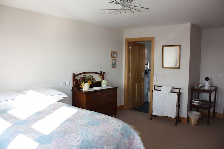 Quiet large bedroom in family home. - Pilsley - Oda + Kahvaltı