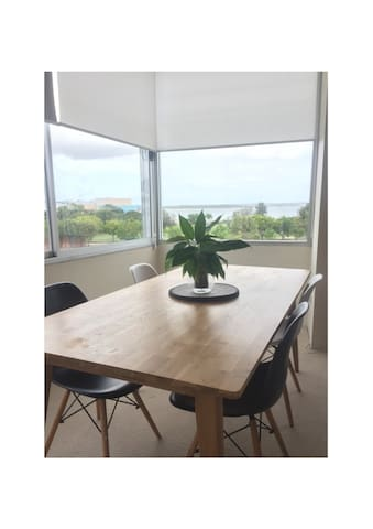 Light and Large 2 Bedroom Apartment with Views - Sandringham - Appartement