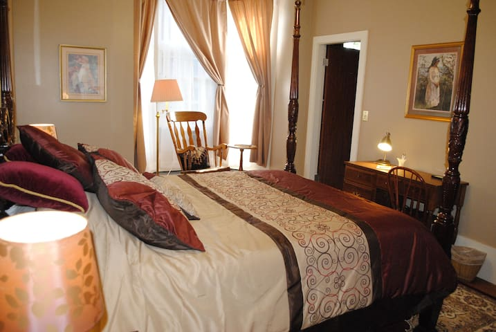 Luxury Room for Two (or 4) in Downtown - Lewiston