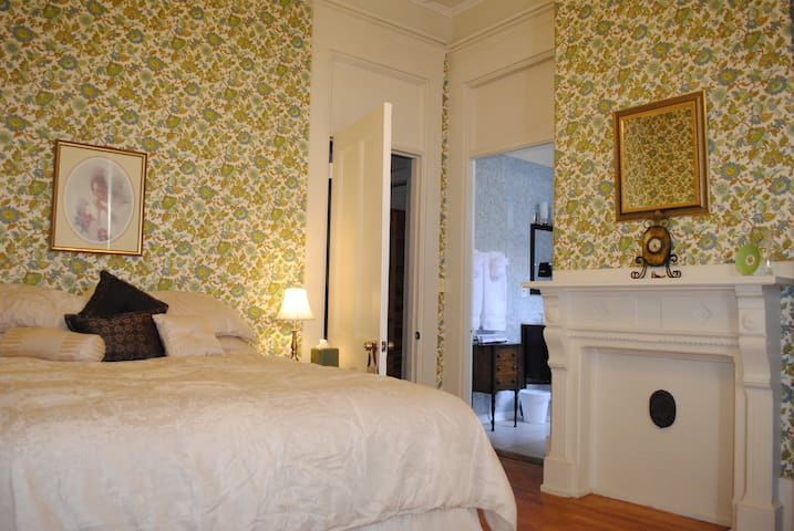 Luxury Room for Two in Downtown - Lewiston
