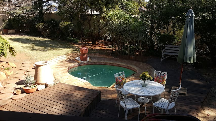 2 Rooms,sleeps 4 in beautiful large home - Roodepoort - Hus