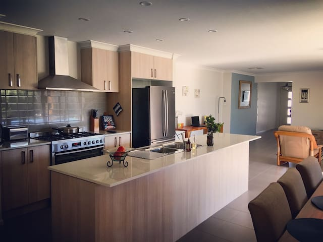 Modern 4BR Home. 22km from Melb CBD with WIFI - Truganina