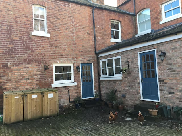 2 bedroom self catering cottage for up to 6 people - Ellesmere Port - Дом