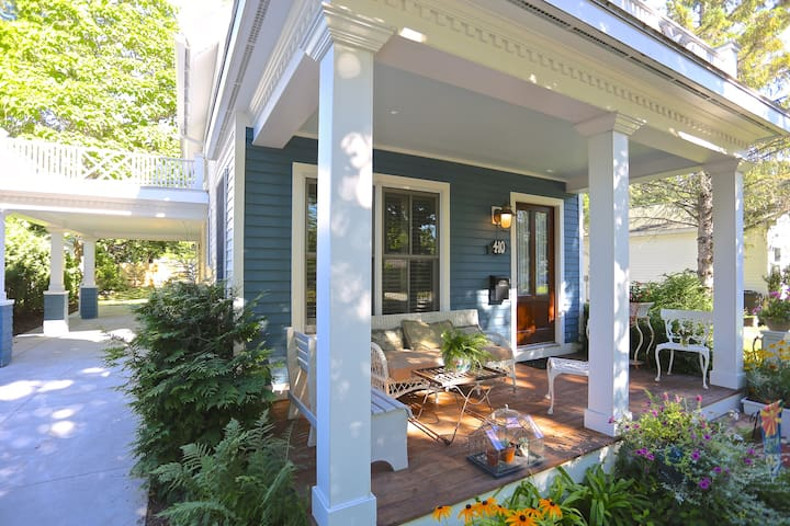 the cottage: cozy, dreamy lake home - Charlevoix