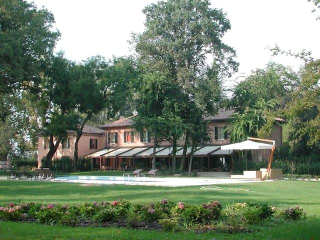 Villa storica con parco secolare - Ferrara