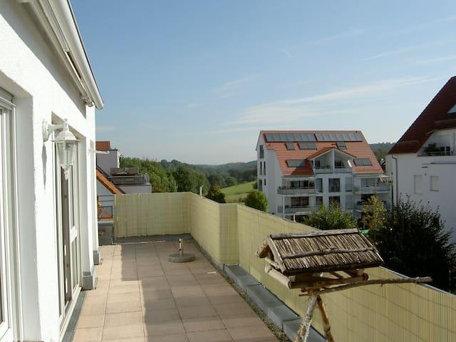 Sonnige Dachgeschoss-Wohnung mit großer Terrasse - Neuhausen auf den Fildern - Daire