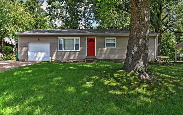 4BR St. Louis Home w/Large Backyard & Grill! - St. Louis - Maison