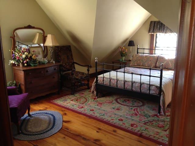 3rd Floor Guest Suite in Victorian - Springfield