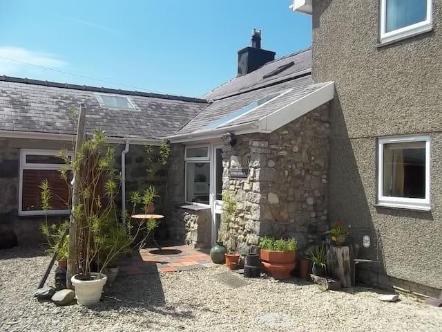 Stiwdio Eithinog Farm Cottage  - Caernarfon - Appartement