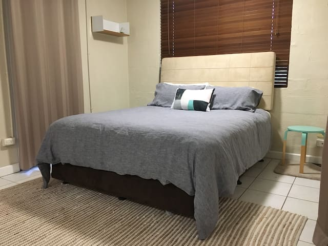 XL private room with ensuite close to the airport - Anula - Talo