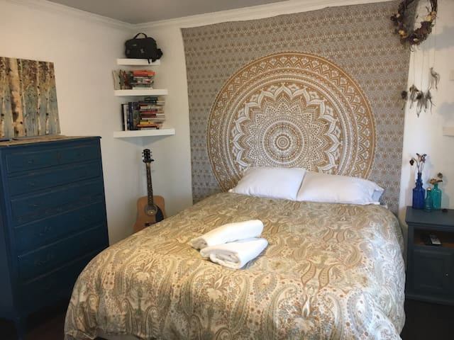 "Bohemian ""Sun"" Room with Queen bed - Vista - Huis"