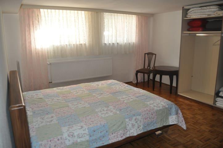 Souterrainzimmer in ruhiger Wohnlage - Hof