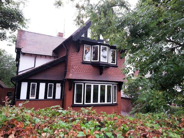 Large Detached House in Stalybridge - Stalybridge - Huis