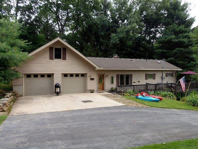 Skippin' Stones Cottage, short walk to Lake, Golf - Perrysville - Haus