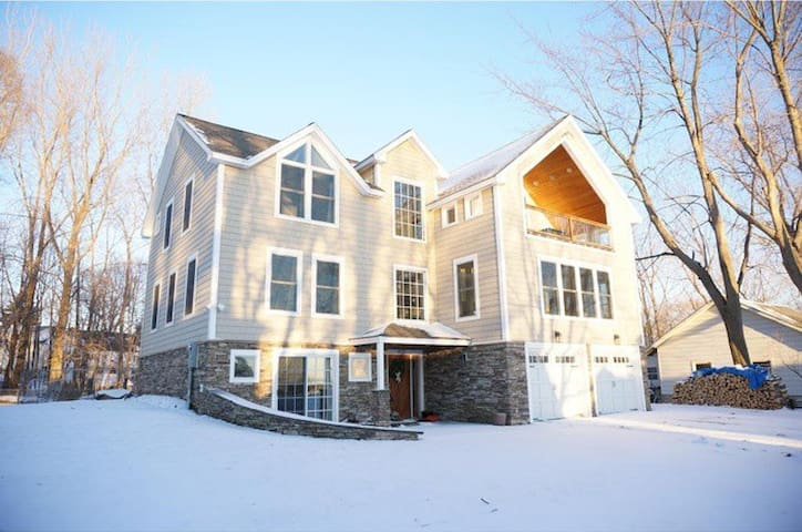 Bright and Spacious Lakeview Getaway! - Colchester - 獨棟