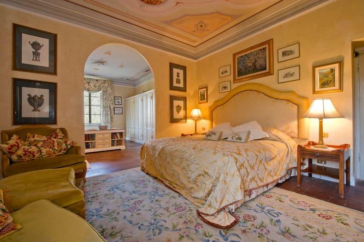 Deluxe Suite in C18th Tuscan Villa - Capannori - Bed & Breakfast