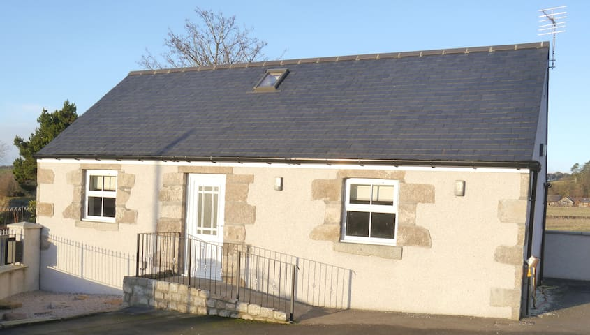 Modern country cottage on outskirts of Aberdeen - Kinellar - Casa