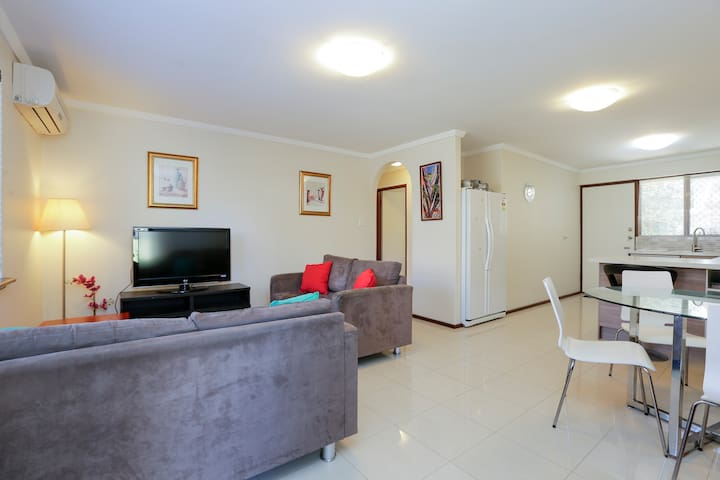 Spacious 2 Bedroom Best Location - FreeWifi+B'fast - East Victoria Park - Appartement