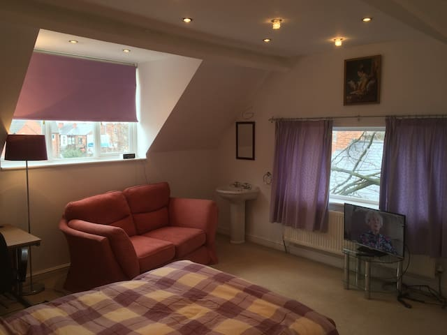 Large double room and bathroom. - West Bridgford - 獨棟