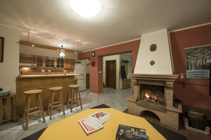 Cottage with a fireplace in a quiet forest for 11 - Štrba - Baraka