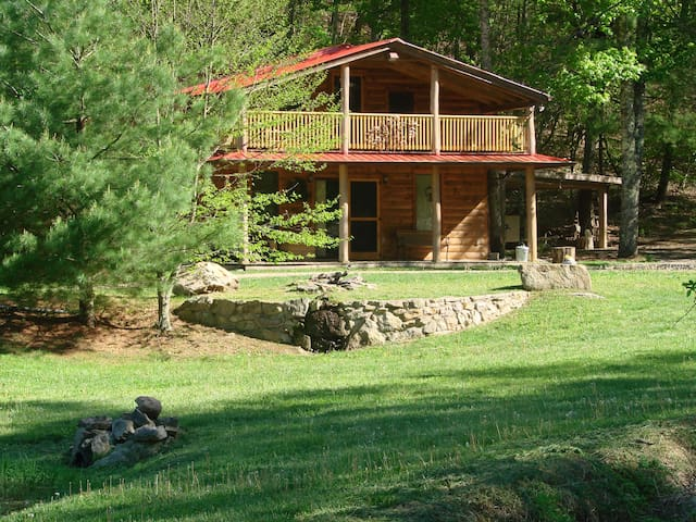 Rock-n-Creek Cabin...mile post 27 BR Parkway - Montebello - Houten huisje