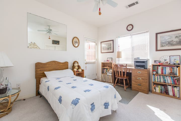 Cozy private room with covered patio.單人房间带陽台 - Monterey Park - Hus