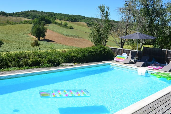 Converted barn with stunning views and pool - Itzac