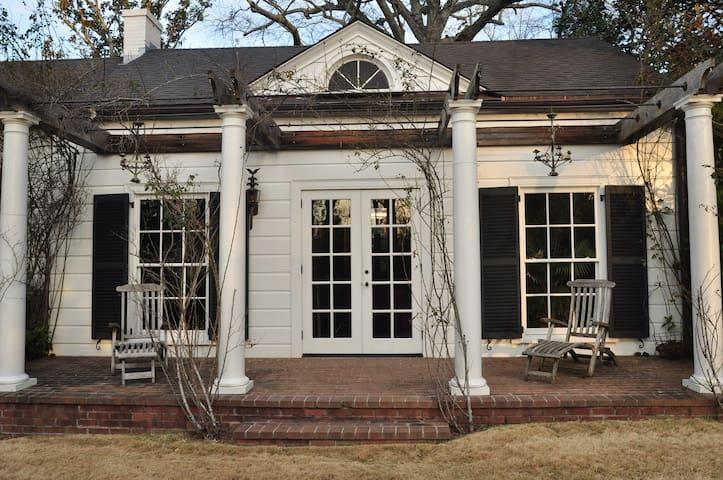 Charming Guest Cottage - LaGrange