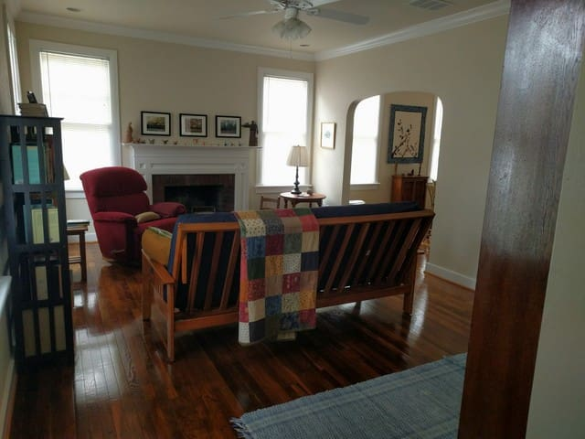 Spacious Room in Historic Downtown Cottage - Gainesville - Huis