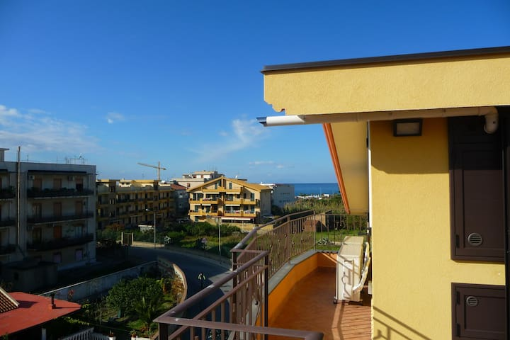 New attic near the sea with solarium (Wi-Fi) - Villafranca Tirrena - Квартира