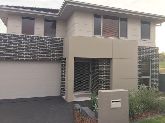 Great Modern Home - Middleton Grange - Ev