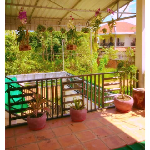 Cozy apartment with idyllic porch - Krong Battambang - Huoneisto
