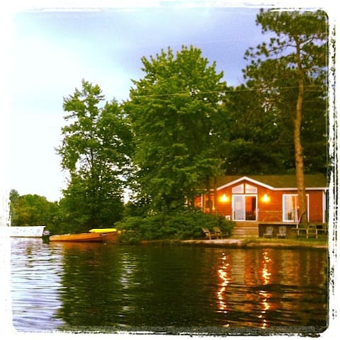 Island Retreat steps to waters edge - Wade's Landing