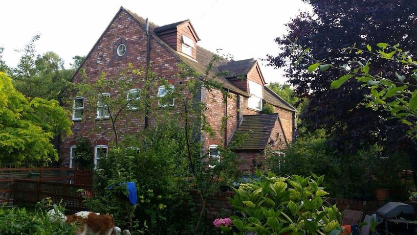 Telford Chapel: WiFi, parking, bathroom - Lightmoor - Huis
