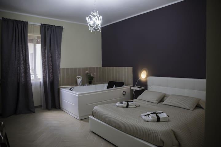 B&B Del Centro...Suite con Jacuzzi - Valguarnera Caropepe - Bed & Breakfast