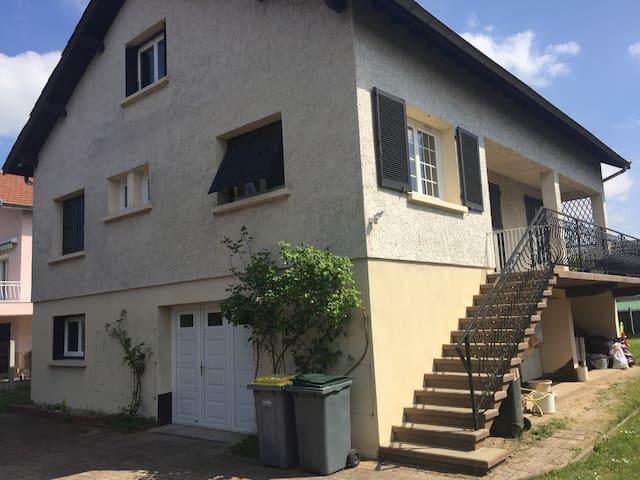 Chambre au rdc de maison familiale - Bonson - Hus