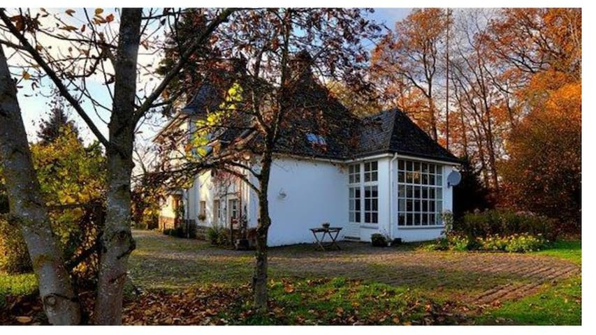 Altes Forsthaus mit parkähnlichem Garten in Ernzen - Ernzen - Ev
